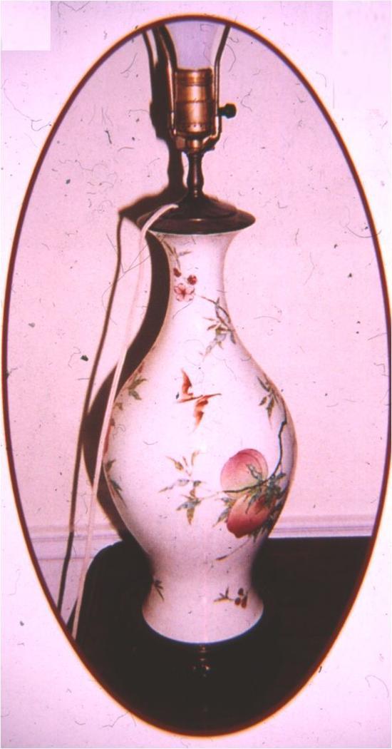 拍卖前作为灯架的雍正粉彩桃蝠纹橄榄瓶