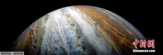 图为木星北极附近的南温带,多彩的气旋让巨大的木星看起来充满了神秘感。