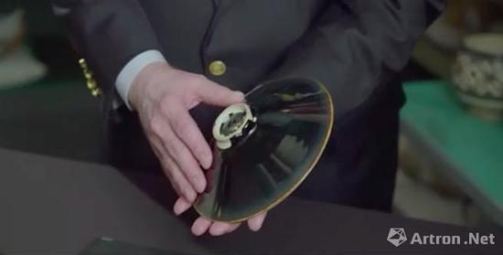 毛瑞(Robert M。 Mowry)展示这只黑定窑盌(一)