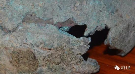 从残破处可见锈的结构和层次,是不是像人手指上逆剥的倒刺?