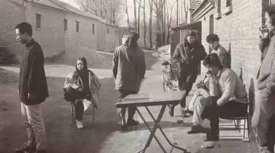 圆明园画家村的画家们晒太阳。 摄影:徐志伟 1993
