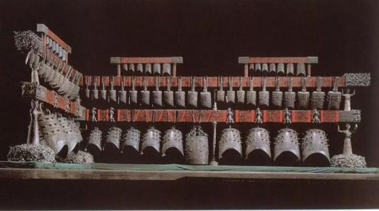 曾侯乙编钟 钟架长748厘米,高265厘米。