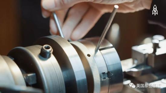 扭索纹(Guilloche)是以法国工匠Guillot的名字命名的金属刻纹工艺。。。。