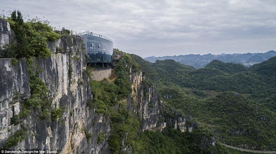 建在峭壁凹陷处的美术馆看上去像是与岩石融为一体。(图片来源:英国媒体)