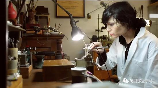 在电和蒸汽机还没有发明的年代,欧洲古老的匠人们,凭着无比精巧的技艺,