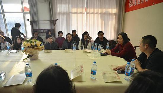 第四届庭前春早-贾广健师生中国画作品展创作座谈会现场。