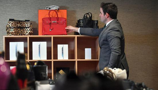 雌雄大盗伏法 巨额奢侈品赃物被低价拍卖