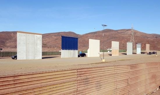 在墨西哥边境上看到的边境墙。图片:courtesy of Bjarni Grimsson