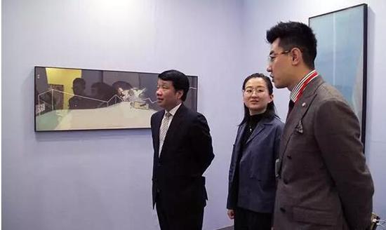 中国驻日本大使馆文化参赞陈诤、东京艺博会海外事务总监李一与艺术家滕腾在博览会现场