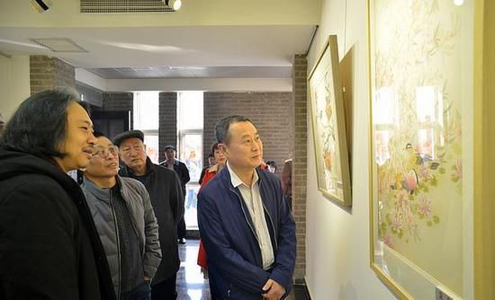 贾广健陪同嘉宾参观展览
