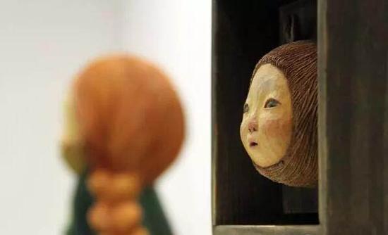 椿画廊展出艺术家中村萌深受日本当代审美喜爱的可爱木雕《drawing》系列作品