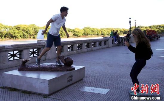 """梅西被毁雕塑成为""""新景点""""。"""