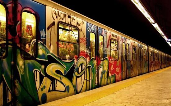地铁车厢外涂鸦