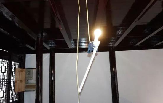 手套直接搭载大功率照明灯具上