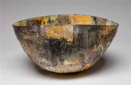 杰·柯彼,《卵圆形大碗》,陶瓷、火山釉,33 x 62.6 cm,2017