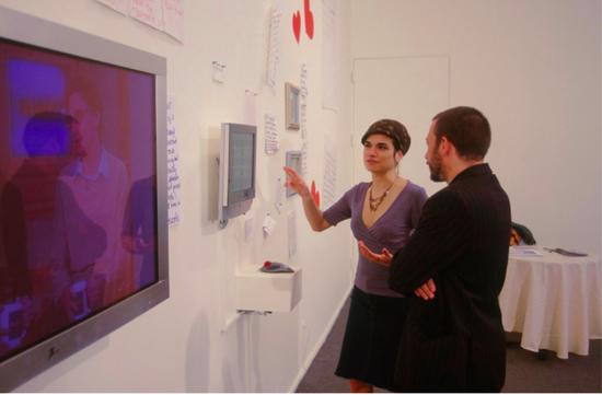 """2005年在新当代艺术博物馆举行的""""传染性媒体""""展览现场图。图片:courtesy the New Museum"""