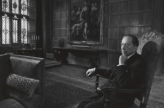 1964年,盖蒂在苏丹王宫的会客厅。图片来源www.getty.edu