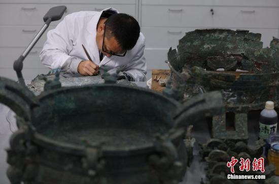 12月初,故宫文物医院内工作人员悉心工作。