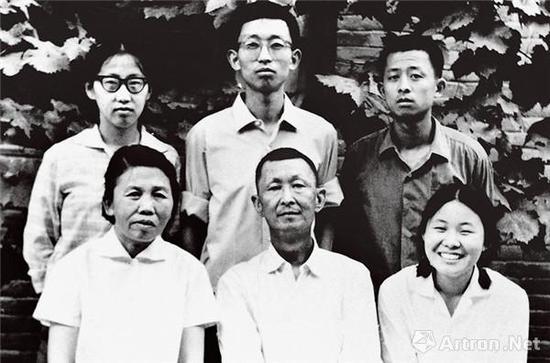 1972年,接受化疗的董希文与家人在大雅宝院中合影