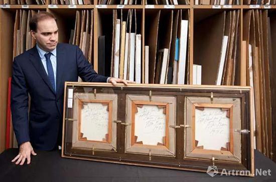 Francis Outred展示培根《三幅肖像画习作》背面,这件三联作的每一幅背面都由培根签名并书写作品名和日期