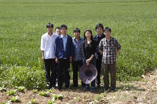 图四 考古队员合影,张蕴(右三)
