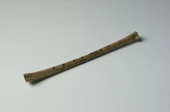 骨笛 新石器时代,长23.1厘米、七孔,1987年河南省舞阳县贾湖遗址