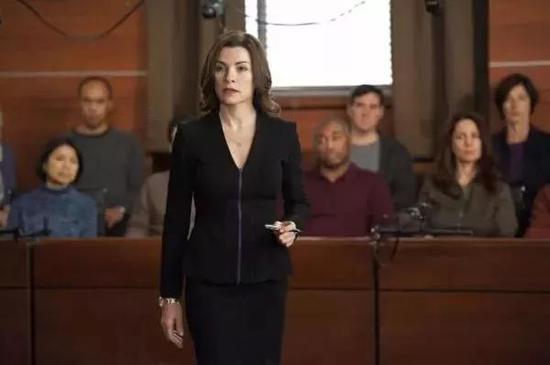 美剧《傲骨贤妻》中的女主角Alicia正在法庭上做辩护