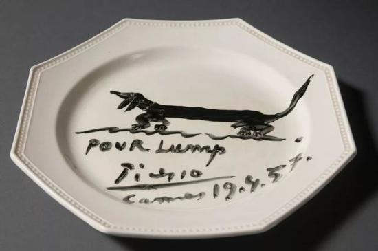 巴勃罗·毕加索,有宠物狗兰普画像的晚餐盘,1957。图片:by Pete Smith;德克萨斯大学奥斯汀分校