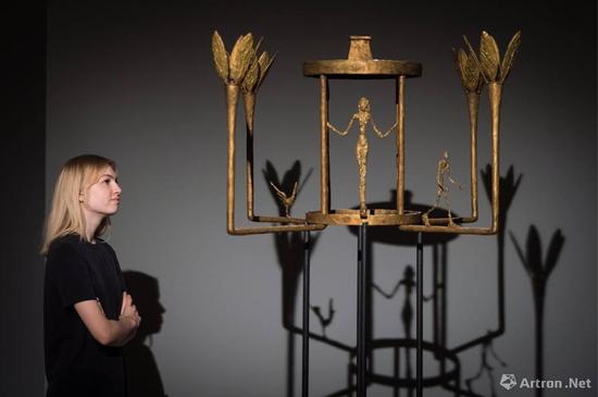优雅迷人《女子、男子及小鸟吊灯》展现了贾科梅蒂一生最重要的主题——站立的女子及行走的男子,最终以760.24万英镑成交