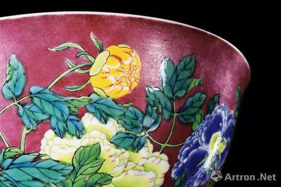 清康熙 御制珐琅彩胭脂紫地牡丹碗(局部)