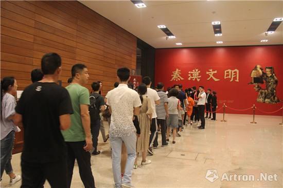 展览吸引了大批观众提早排队等待入场参观