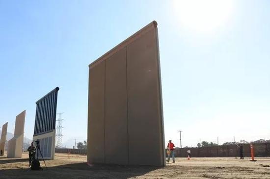 墨西哥-美国边境墙样板.图片:Michelle Moons for Breitbart News.