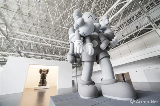"""KAWS亚洲首次大型个展""""始于终点""""展览现场"""