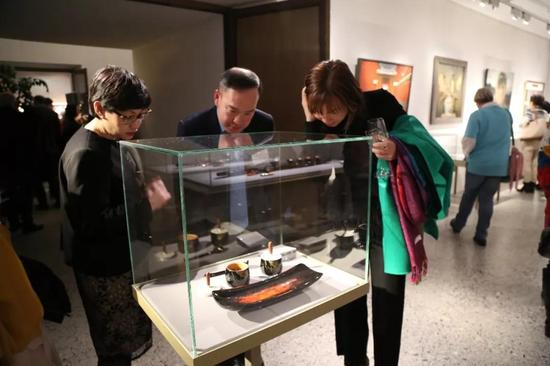 ▲越南驻瑞士大使Hai Bang Pham(中)在参观漆作品展览