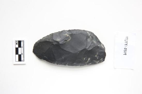 新疆通天洞遗址出土的精美刮削石器。(社科院考古所供图)