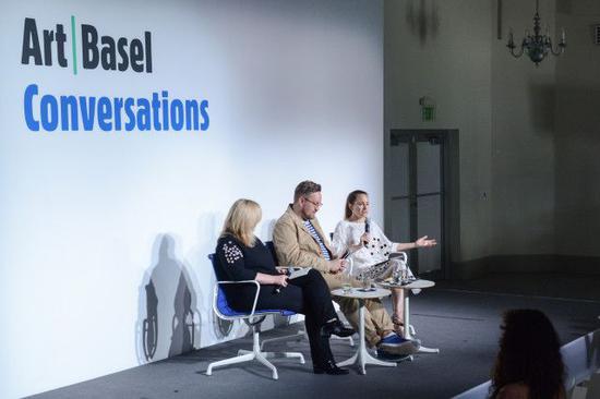 "Mary Louise Schumacher、Ossian Ward和Sarah Douglas在2017年迈阿密海滩巴塞尔艺术展中的""艺术新闻私有化""(The Privatization of Art Journalism)座谈会上。图片:courtesy Art Basel"