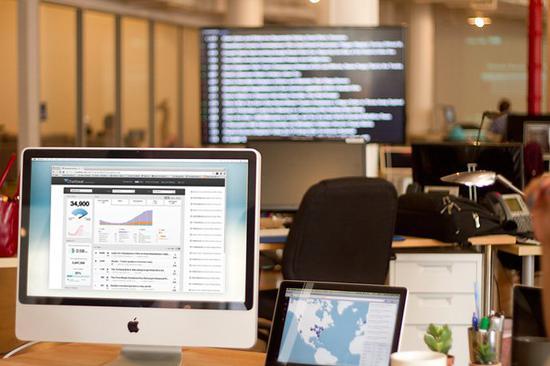 流量分析公司Chartbeat的广告图,显示在一间办公室正在使用其软件。图片:courtesy Chartbeat