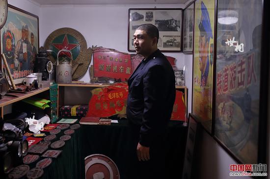 工作之余,李志强的最大爱好就是收集铁路老物件。在他家狭小的地下室,摆满了十余年来他收藏的各类铁路老物件。