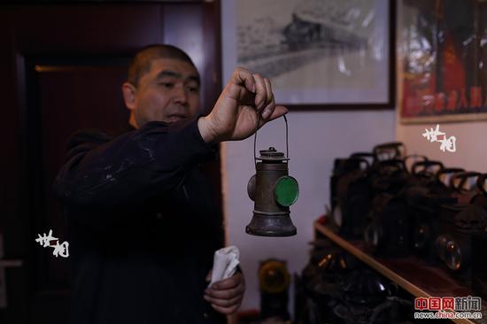 """这盏石太铁路使用过的煤油""""钟型""""信号灯挂网两年多仍处于待售状态。联系到卖家后,得知灯还在的李志强欣喜若狂。面对卖家出的高价,李志强当时暂时放弃了购买。但是,这之后的他一直惦记这盏信号灯,寝食难安,多次联系卖家恳求惠让,数月后终于淘回了家。这盏信号灯,花了他1200元。"""