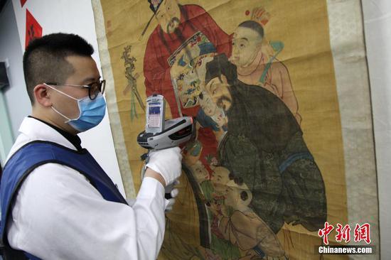 """2月11日,为拉近普通观众与文物的距离,消除文物修复的""""神秘感"""",陕西历史博物馆建立了文物保护修复展示室,让民众能够""""零距离""""观看文物保护修复。张远摄"""
