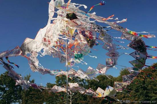 图10 李伟 大地之翼 钢、风筝、丙烯 700×1000厘米 2017
