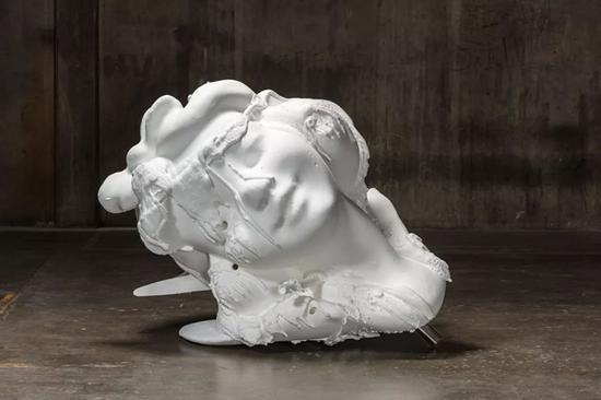 保罗·麦卡锡(Paul McCarthy),《白雪公主头》(White Snow Head),2012-13,硅树脂 玻璃纤维 钢,独版 ,144.8 x 165.1 x 147.3 厘米 / 57 x 65 x 58 英寸。图片:豪瑟沃斯