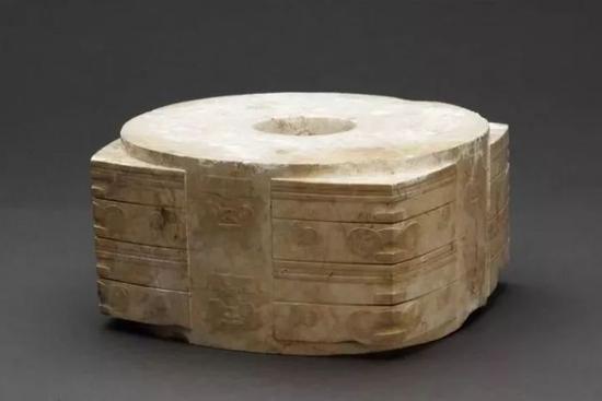 玉琮 新石器时代良渚文化,通高8.9厘米、上射径17.1—17.6厘米、下射径16.5—17.5厘米、孔外径5厘米、孔内径3.8厘米