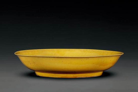 浇黄釉盘 清康熙 高4.3厘米 口径20.3厘米 足径12.5厘米 故宫博物院藏