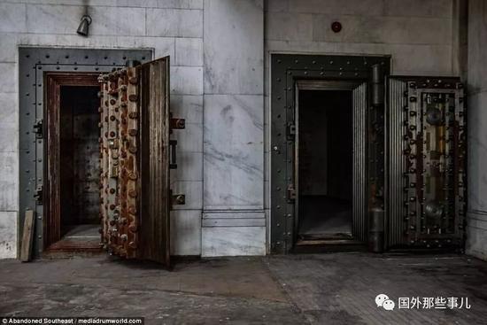 银行的大厅,天花板已经摇摇欲坠,墙壁已经掉漆。