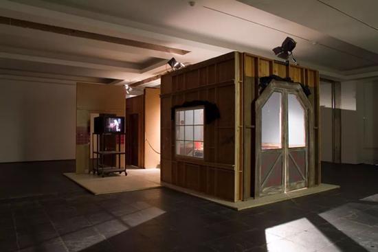 保罗·麦卡锡(Paul McCarthy),《专横的汉堡》(Bossy Burger),1991,电视剧布景 棚灯 油毡 录像机 显示屏 表演遗留物,372 x 868 x 700 厘米 / 146 1/2 x 341 3/4 x 275 5/8 英寸,112 x 82 x 4 厘米 / 44 1/8 x 32 1/4 x 5/8 英寸(带框),图片:豪瑟沃斯