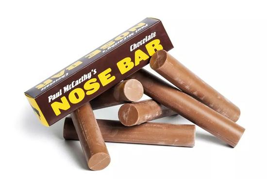 保罗·麦卡锡(Paul McCarthy),《巧克力棒》(Chocolate Nosebar),2000,牛奶巧克力 包装纸盒,无限定版数,5.7 x 25.4 x 5.7 厘米 / 2 1/4 x 10 x 2 1/4 英尺,图片:豪瑟沃斯