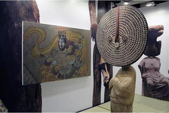 贝浩登画廊展出徐震《进化-–-唐彩绘侍女木俑、Bwa-Bobo-面具》(右)、《进化-–-莫高窟003窟主室南壁、科特迪瓦面具》(左)