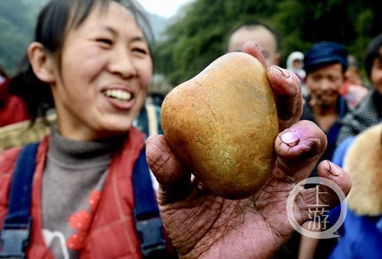 48岁的李云琼捡到一块玉,笑得合不拢嘴。