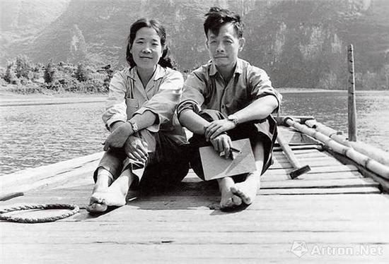 1963年,周令钊和夫人陈若菊在广西漓江船上